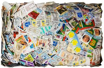 France : Une boite de milliers de timbres obl.